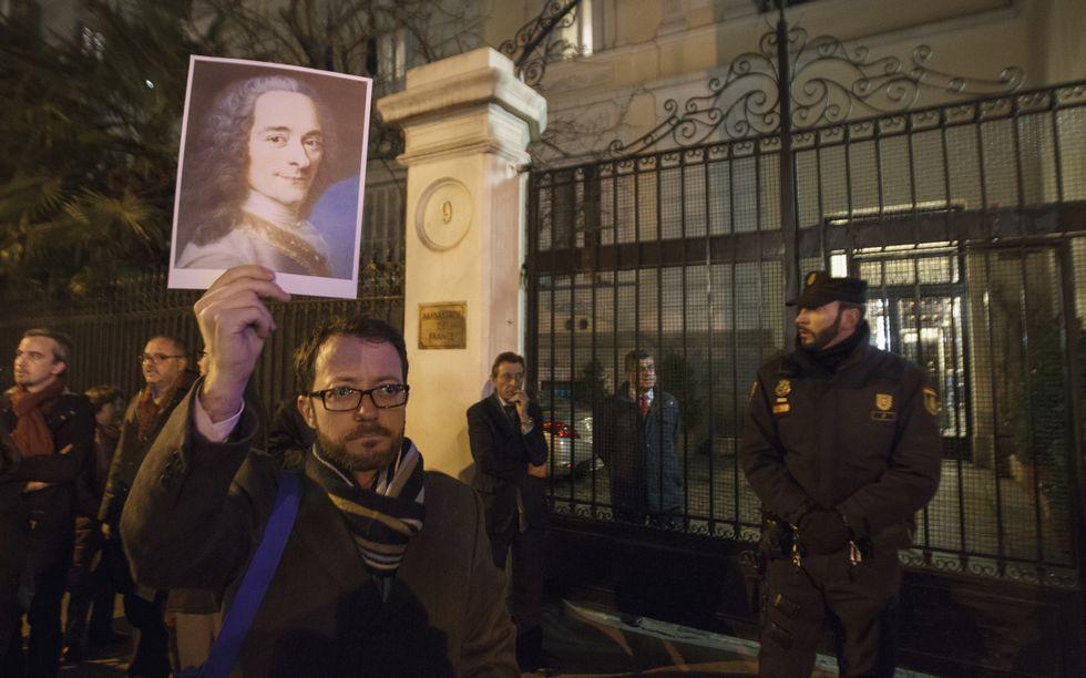 Histórica manifestación contra el terrorismo en París.Tsipras escucha en el Parlamento la intervención de su ministro Yanis Varufakis.