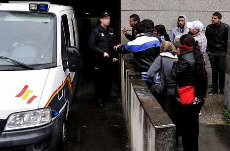 Llegada ayer a los juzgados de los furgones con los detenidos, que fueron jaleados por otros rumanos.