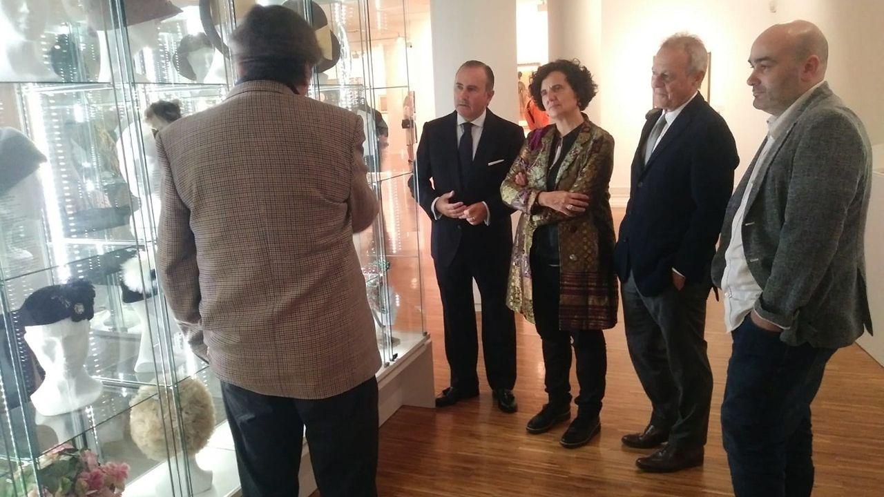 Berta Piñán y Pablo Junceda en la exposición del Sabadell Herrero sobre el sombrero