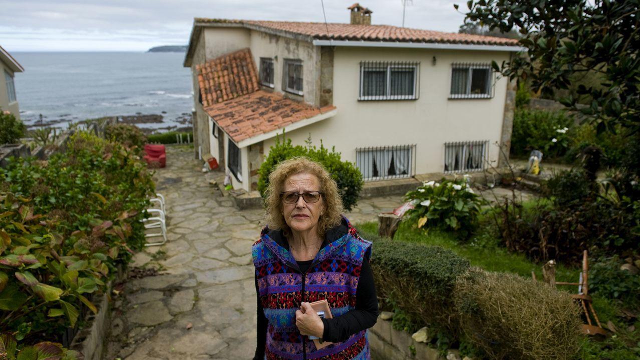 María José posa ante su casa que pronto será derribada por las máquinas