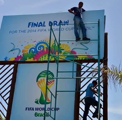 Mundial 2014: El sorteo en imágenes.Los obreros retocaban ayer las instalaciones donde se celebrará el sorteo.