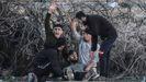 Jovenes palestinos piden ayuda después de que un amigo resultara herido en la represión de las protestas del viernes en la frontera entre Israel y Franja de Gaza