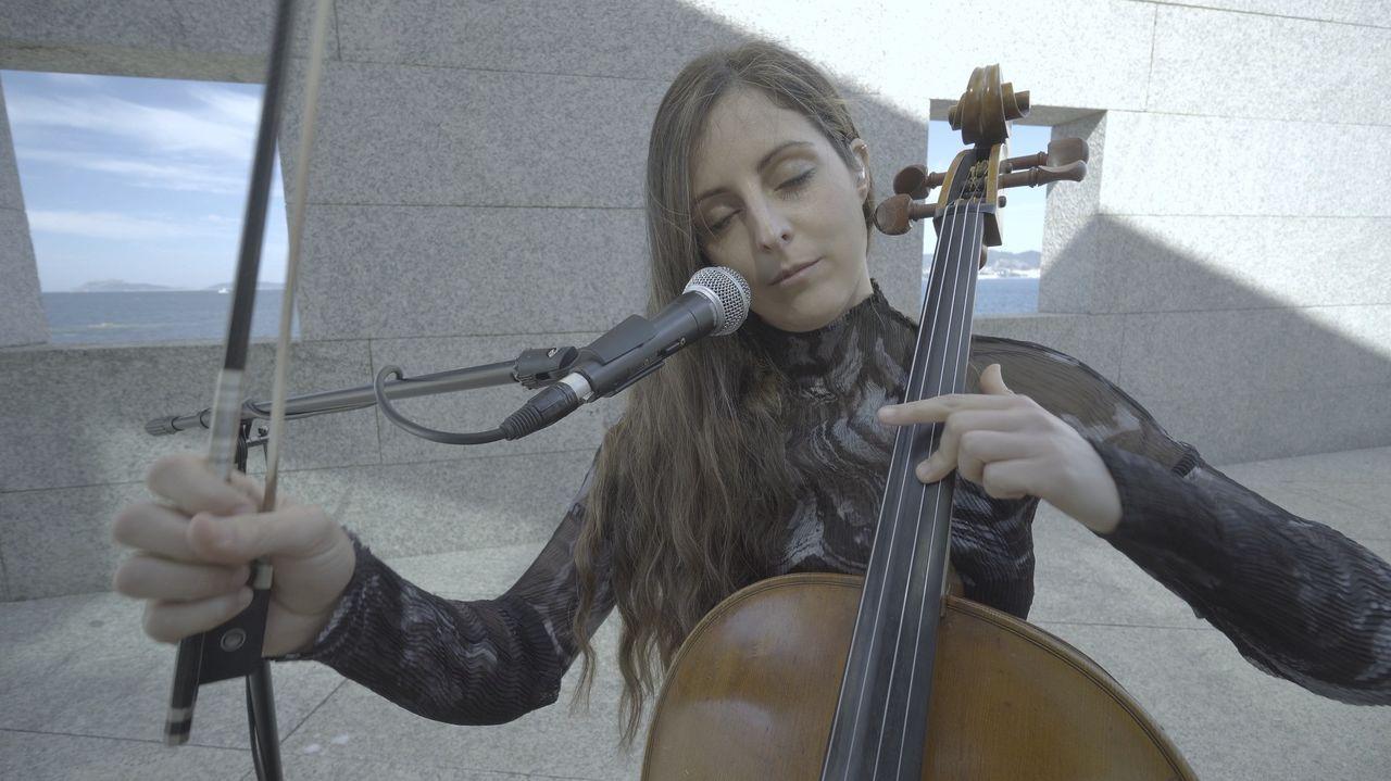 A violonchelista viguesa Margarida Mariño, en plena interpretación