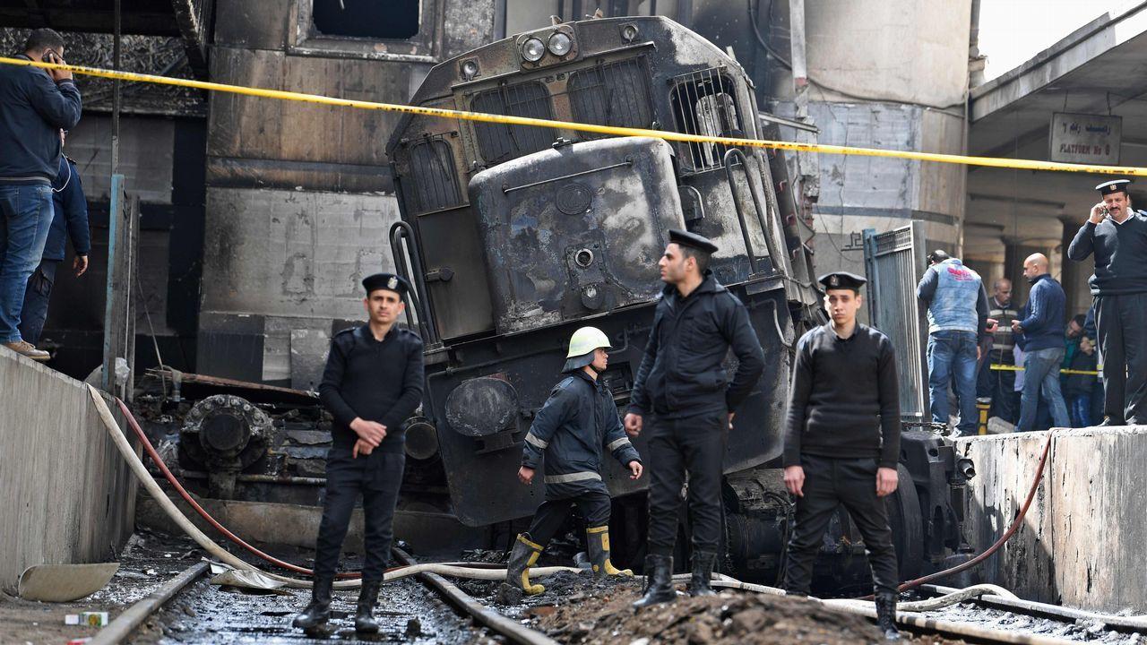Miembros de las  fuerzas de seguridad, en el lugar donde se declaró el incendio