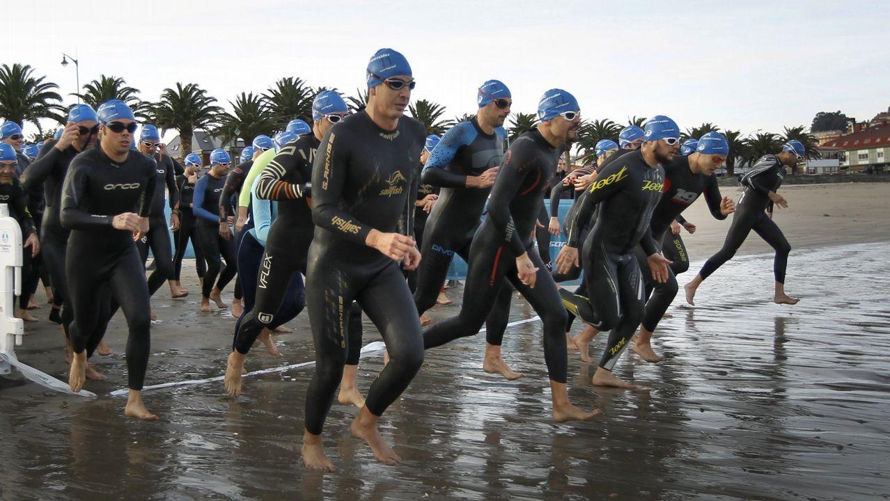 Los nadadores de la VI Travesía de los Inocentes.TRAVESÍA A NADO EN SANTA CRISTINA