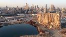 Vista desde un dron de los silos dañados en el puerto de Beirut un año después de las explosiones