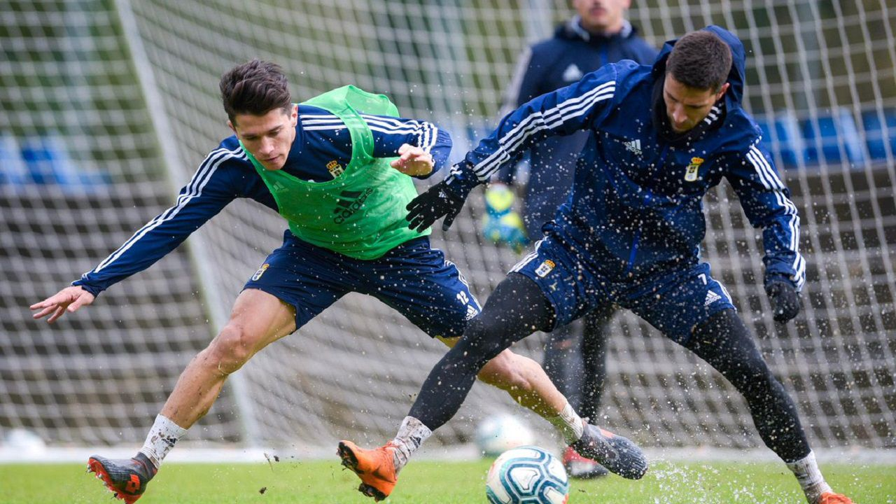 Nieto y Omar Ramos luchan por un balón en El Requexón