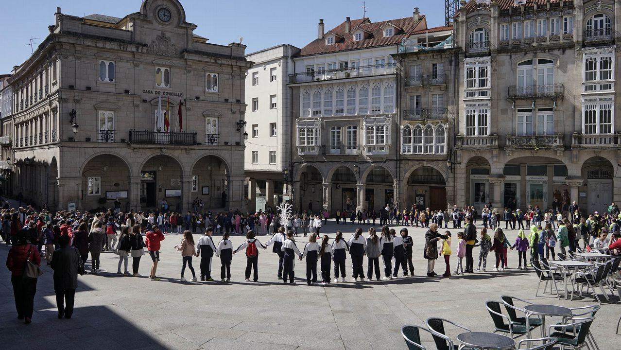 Dá da Poesía en Ourense con casi 400 alumnos en la Praza Maior y las escalinatas de Santa María Nai