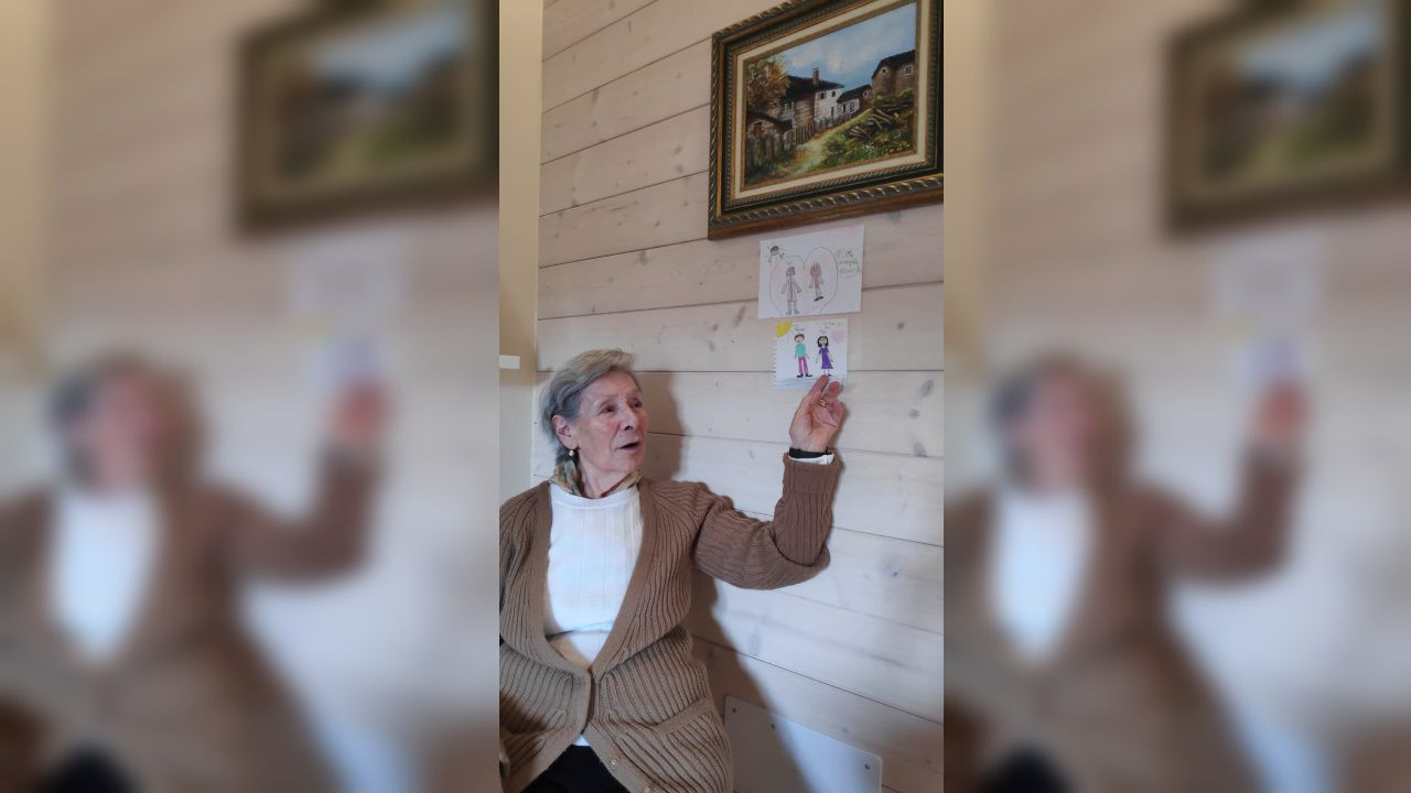 Julia Carrera enseña algunos dibujos de sus nietos