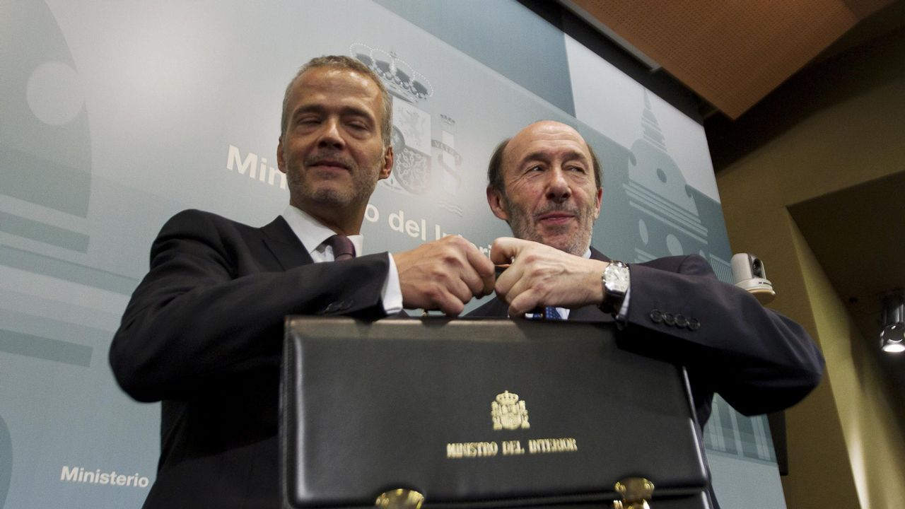 Antonio Camacho recibiendo la cartera de ministro del Interior de manos de Pérez Rubalcaba en el 2011