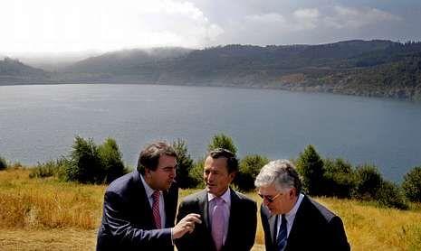 El alcalde, el conselleiro y el director de generación de Gas Natural Fenosa comprobaron el estado actual del lago de Meirama.