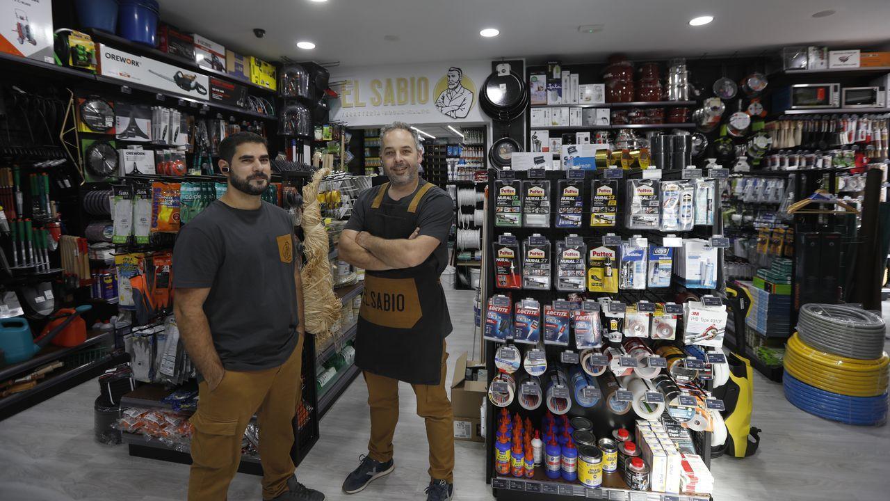Gabriel Pérez, empleado, y Óscar Saínza, reponsable de la ferretería El Sabio en la calle Ramón Puga