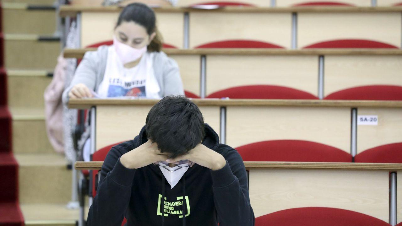 Nervios, mascarilla y distancia en la selectividad gallega.Imagen de la pasada selectividad en Santiago, con las profesoras contando los exámenes para repartirlos por el aula