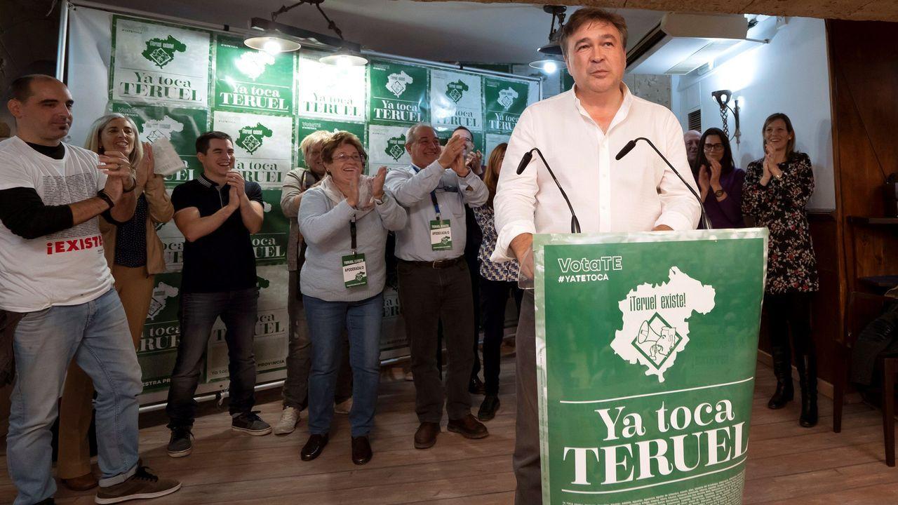 El Equipo E.El candidato de Teruel Existe, Tomás Guitarte (c), junto a su equipo, tras conocer los resultados electorales