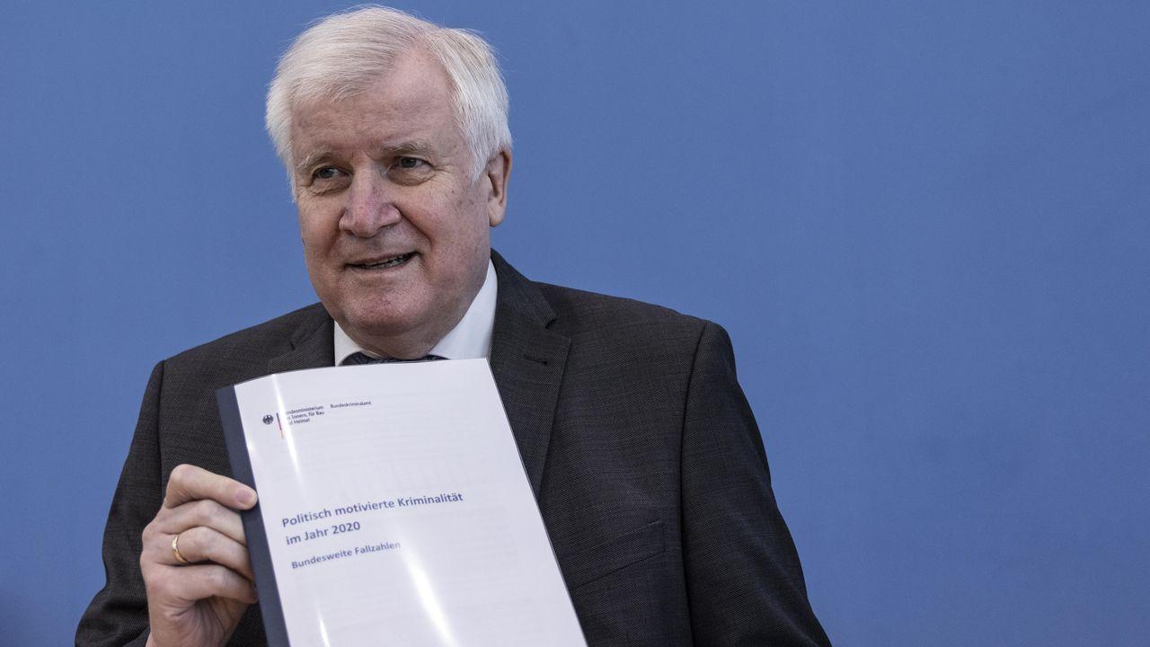 El ministro de Interior, Horst Seehofe,presentó este martes el informe anual de los delitos con motivación política.