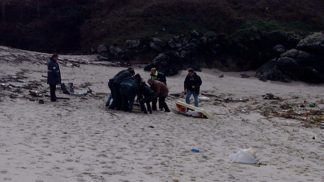 Aparición en una playa de Camariñas de uno de los cadáveres del accidente de autobús de Portugal en el año 2001
