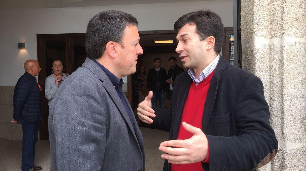Feijoo y Méndez Romeu se suben al ring.Valentín González Formoso y Gonzalo Caballero, en el acto del PSdeG en Betanzos
