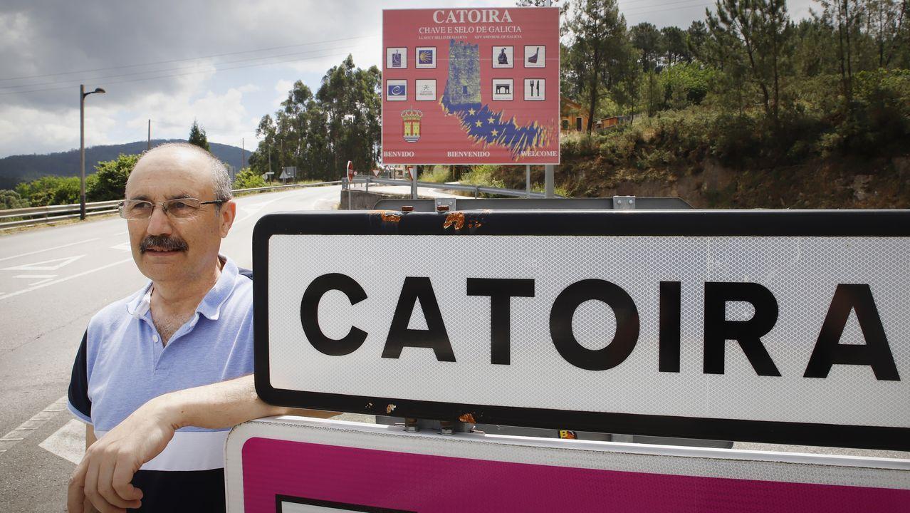 Un trozo de Xuño en la historia de Newark.José Vázquez, apoyado sobre el cartel que anuncia la entrada en Catoira, tras cruzar el puente después de dos meses