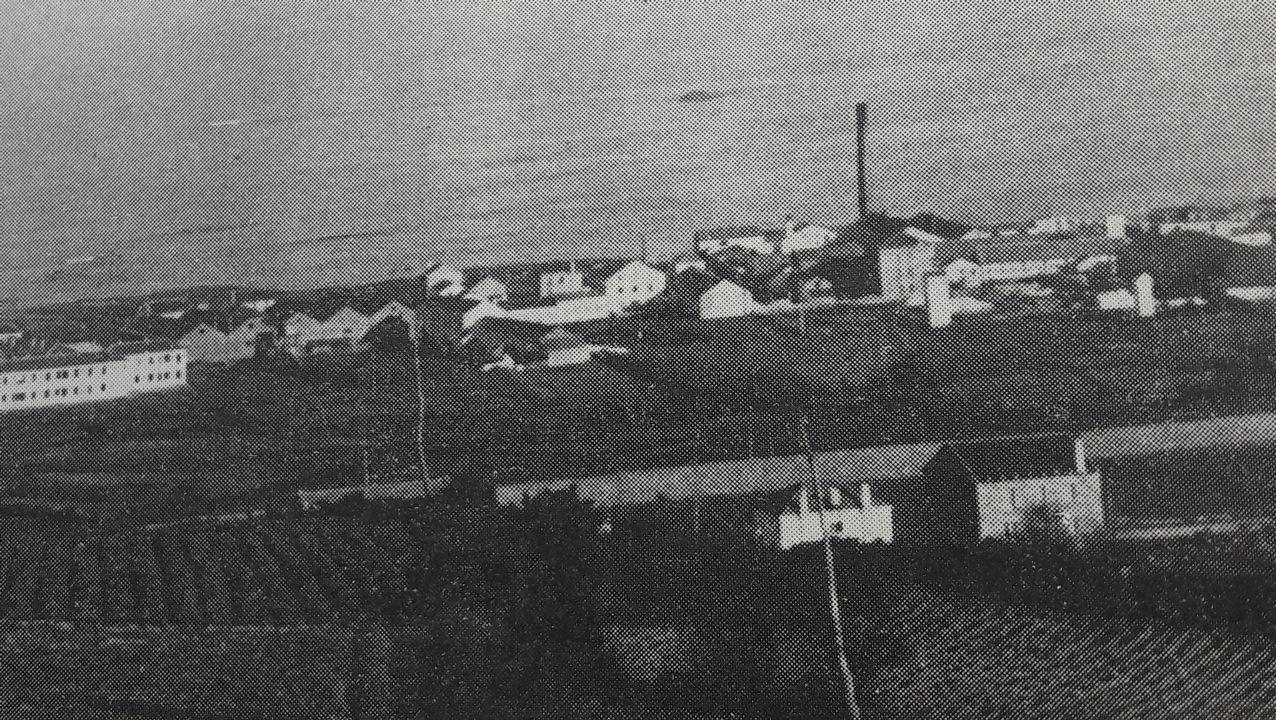 Vista antigua de parte de la fábrica y la chimenea de 37 metros de altura