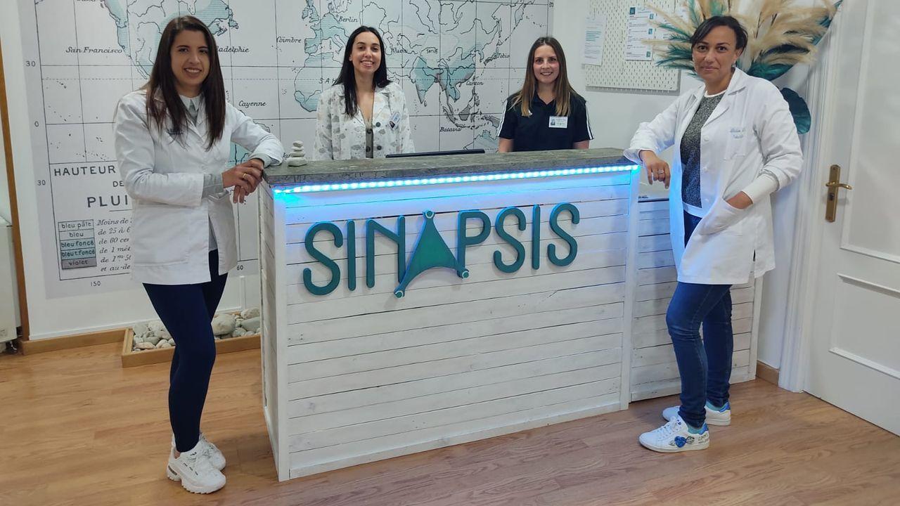 Completo equipo multidisciplinar. Na sé de Sinapsis, de esquerda a dereita, Carmen Marín e Ana Tores, logopedas; Elena González fisioterapeuta e Alicia Lage Neira, psicóloga e neuropsicóloga clínica. Ademáis, o centro conta en calidade de asesor clínico con Javier Tirapu Ustarroz, que ten impartido máis de 500 charlas sobre neurociencia e foi Premio Nacional de Neurociencia Clínica 2012
