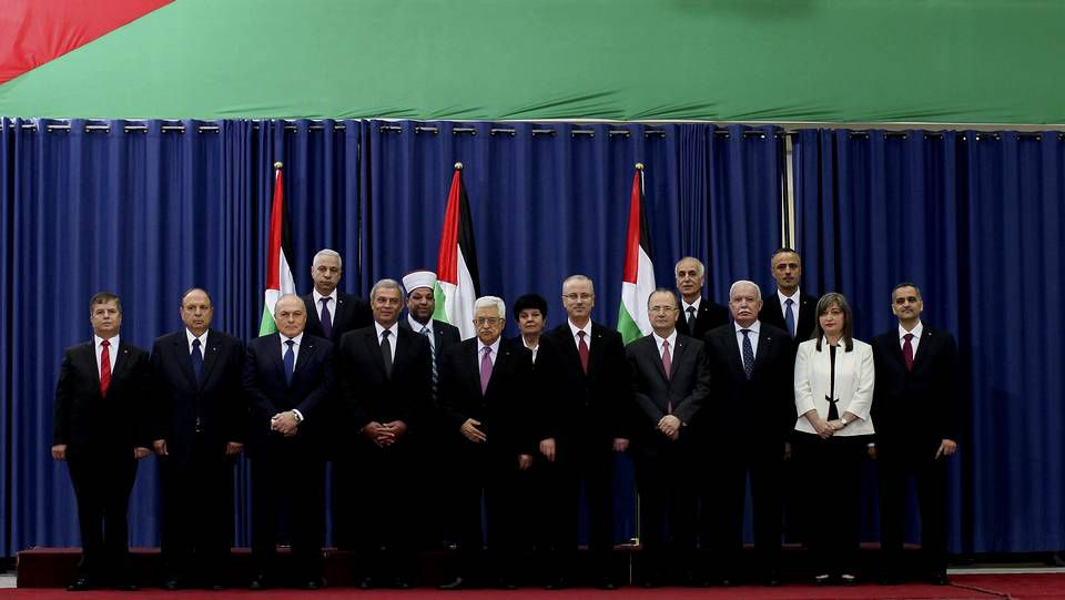 El presidente palestino, Mahmoud Abás (centro), posa junto a otros miembros del nuevo gobierno en Ramala (Palestina)