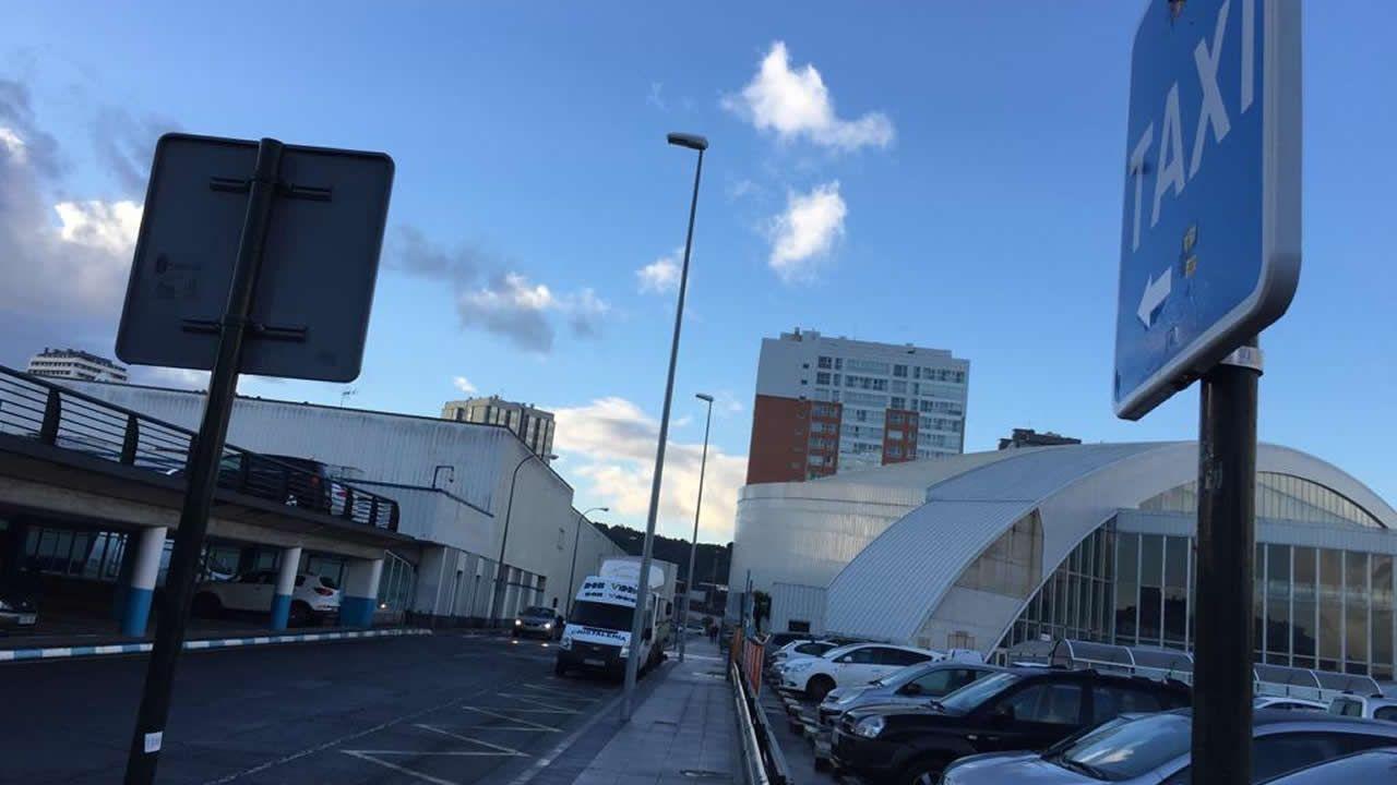 Sin taxis en la parada del Carrefour en A Coruña.
