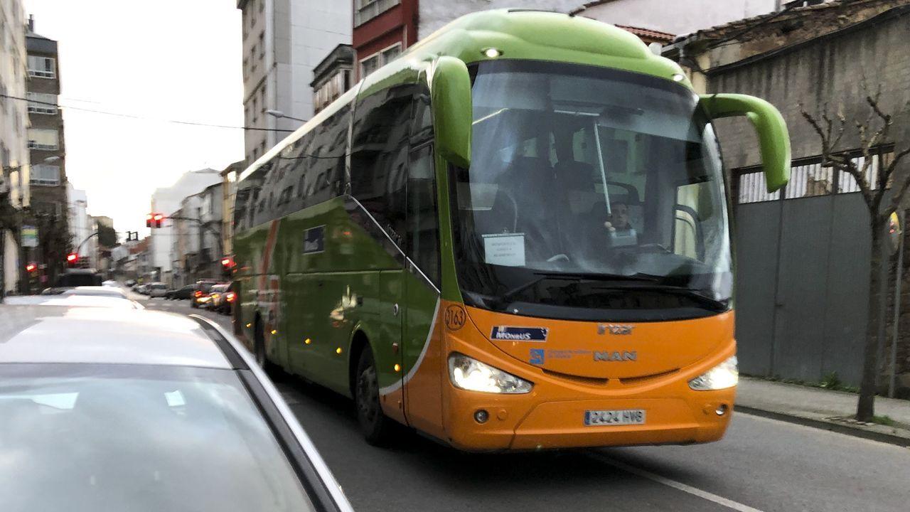 Un vehículo de FlixBus, circulando por una calle de Monforte