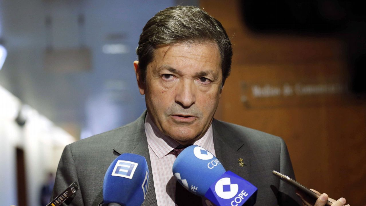 El presidente del Principado, Javier Fernández, atiende a los medios de comunicación tras finalizar la tercera jornada del debate de orientación política general que se celebró en la Junta General del Principado.