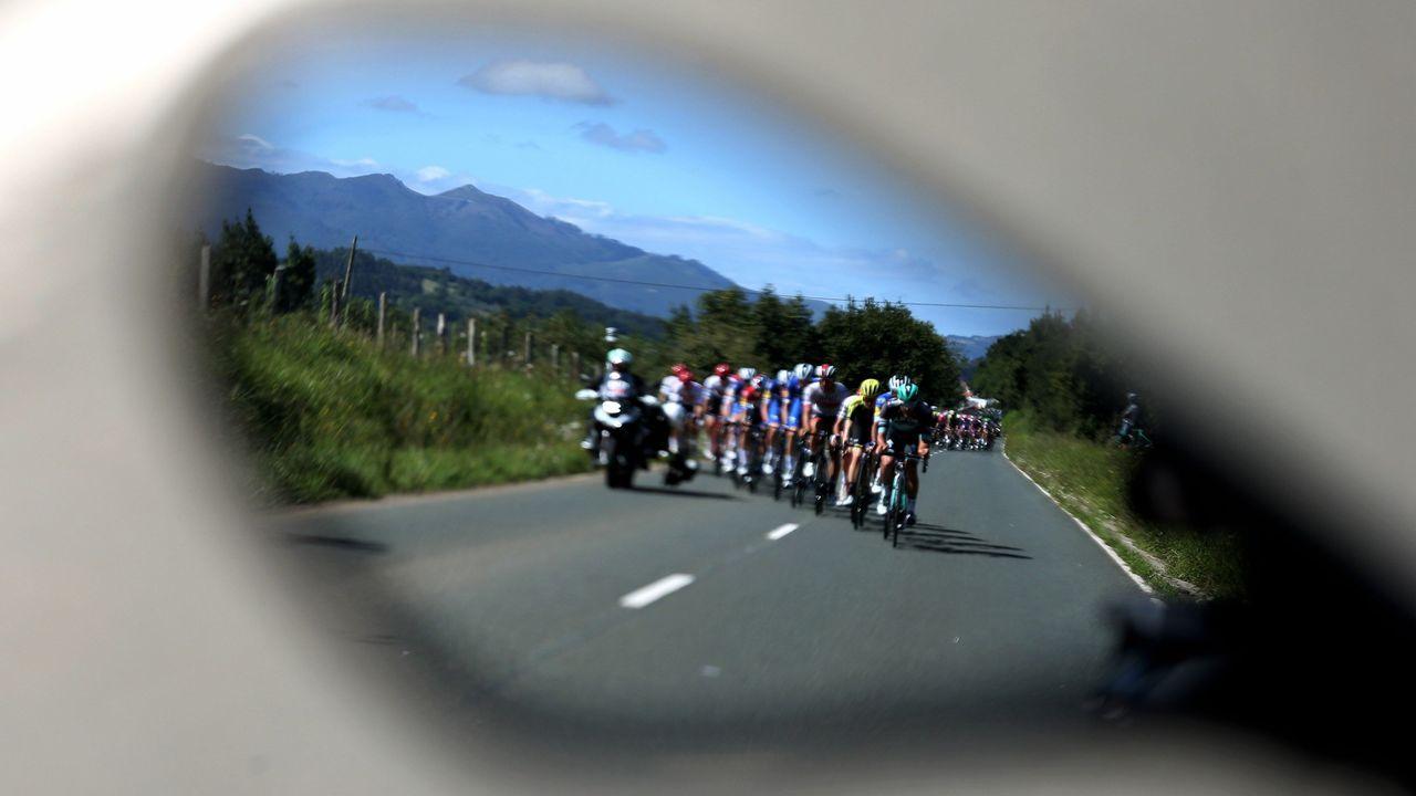 El pelotón ciclista durante la decimocuarta etapa de la 74th Vuelta a España 2019, con salida en la localidad cántabra de San Vicente de la Barquera y meta en Oviedo, con un recorrido de 188 kilómetros