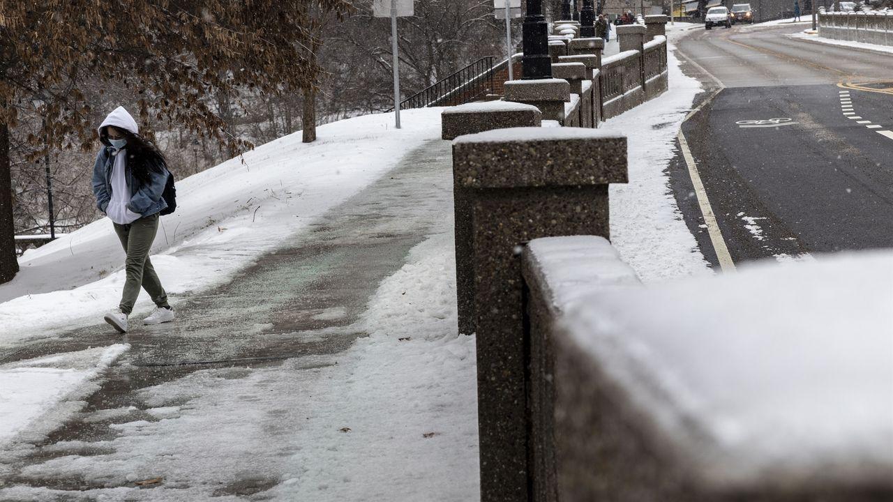 Una estudiante camina hacia la Universidad de Ohio durante la tormenta Uri