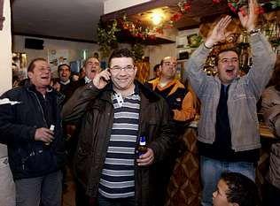fukushima.El alcalde de Villar de Cañas, José Luis Saiz (centro), celebra con sus vecinos la elección.