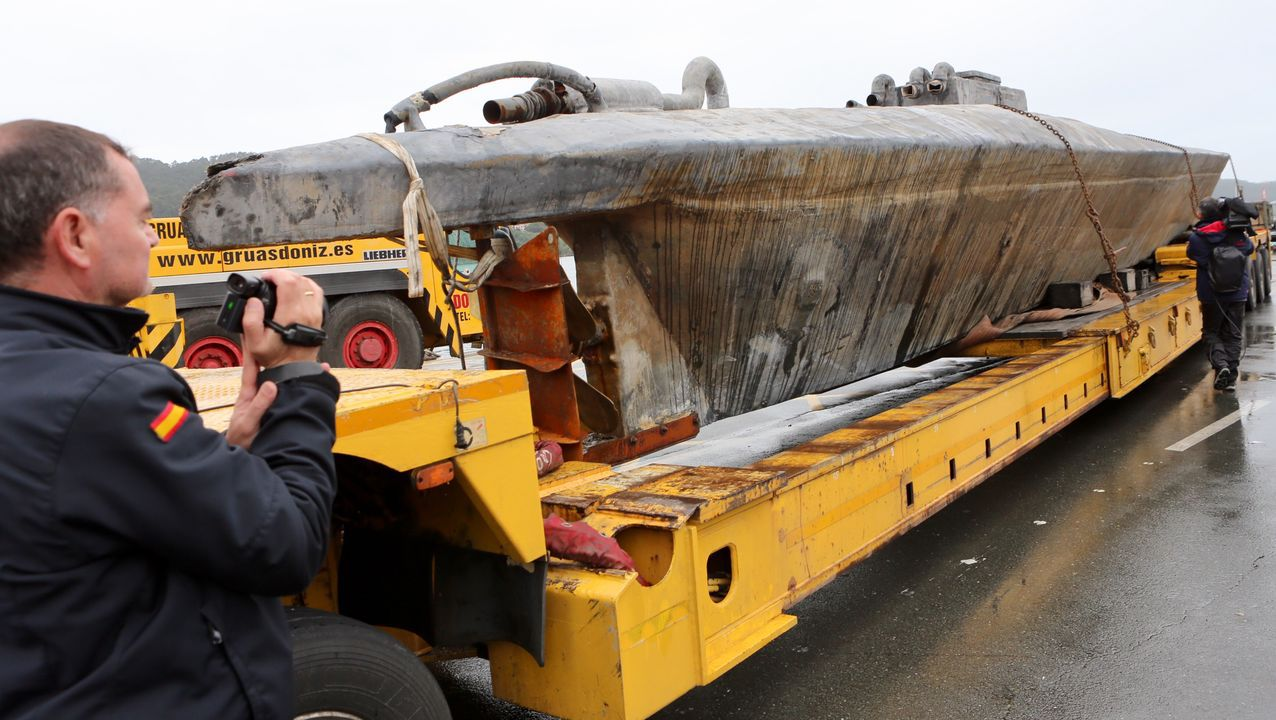 El narcosubmarino será examinado en la Escuela Naval de Marín.Cabina de peaje en la autopista AG-55, en Carballo