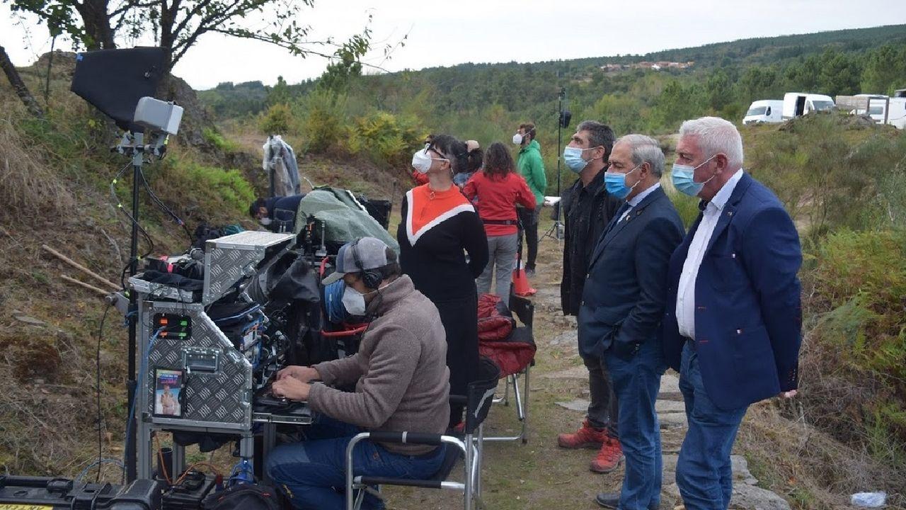 José Tomé y Roberto García —a la derecha— presencian la filmación en el mirador de Soutochao