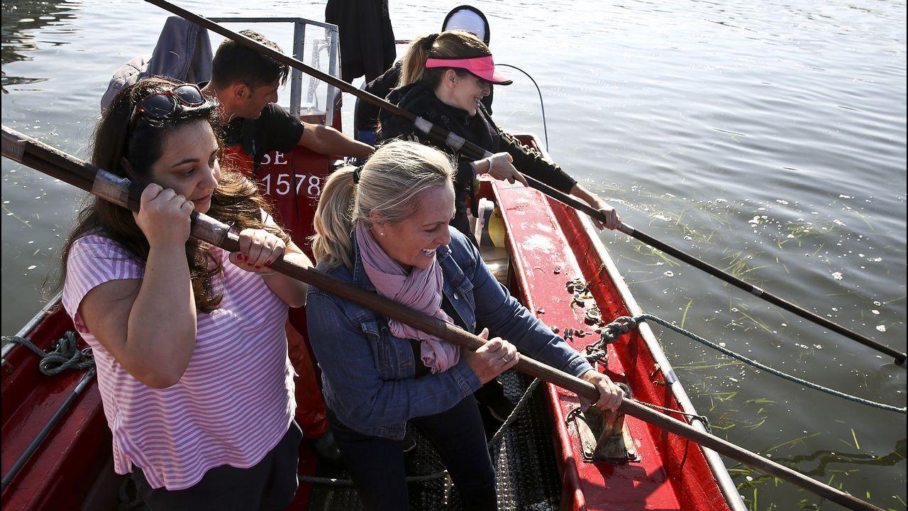 Los turistas aprenden cómo se marisquea a flote: «Esto es muy duro».Imagen de archivo de una ambulancia