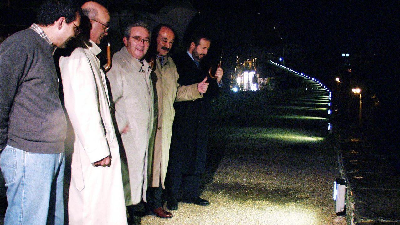 20 fotos para 20 años de la Muralla de Lugo Patrimonio de la Humanidad.Pérez Varela, en el centro, en la inauguración del alumbrado; al fondo, López Orozco