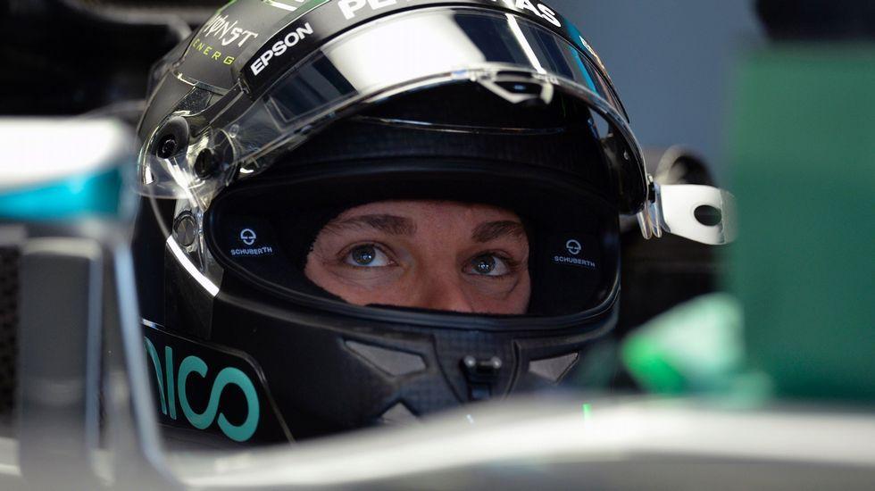 Mónaco vibra con la Fórmula 1.Fernando Alonso se pone el casco antes de salir a la Q3 del gran premio de España, en Montmeló.