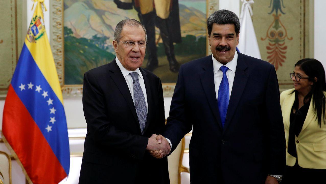 El ministro de Asuntos Exteriores ruso, Serguéi Lavrov, estrecha la mano de Nicolás Maduro en el encuentro que mantuvieron en Caracas