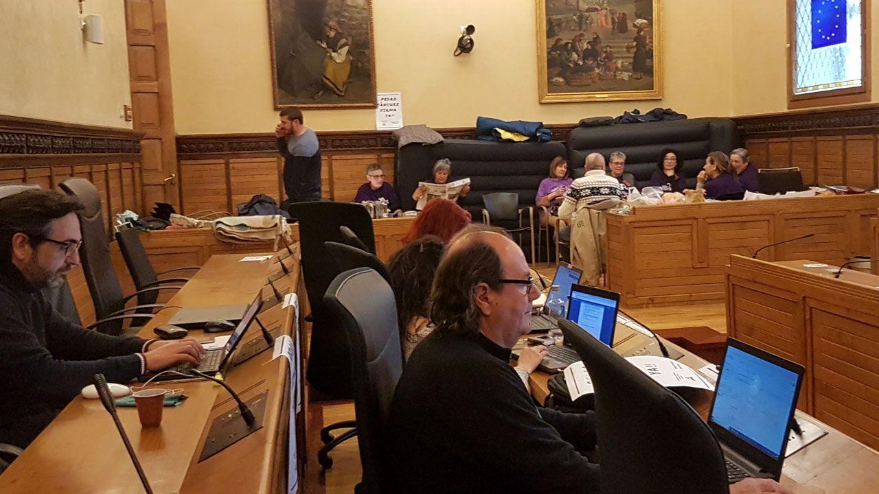 Un momento del encierro de la Plataforma por el Plan de Vías en el ayuntamiento de Gijón