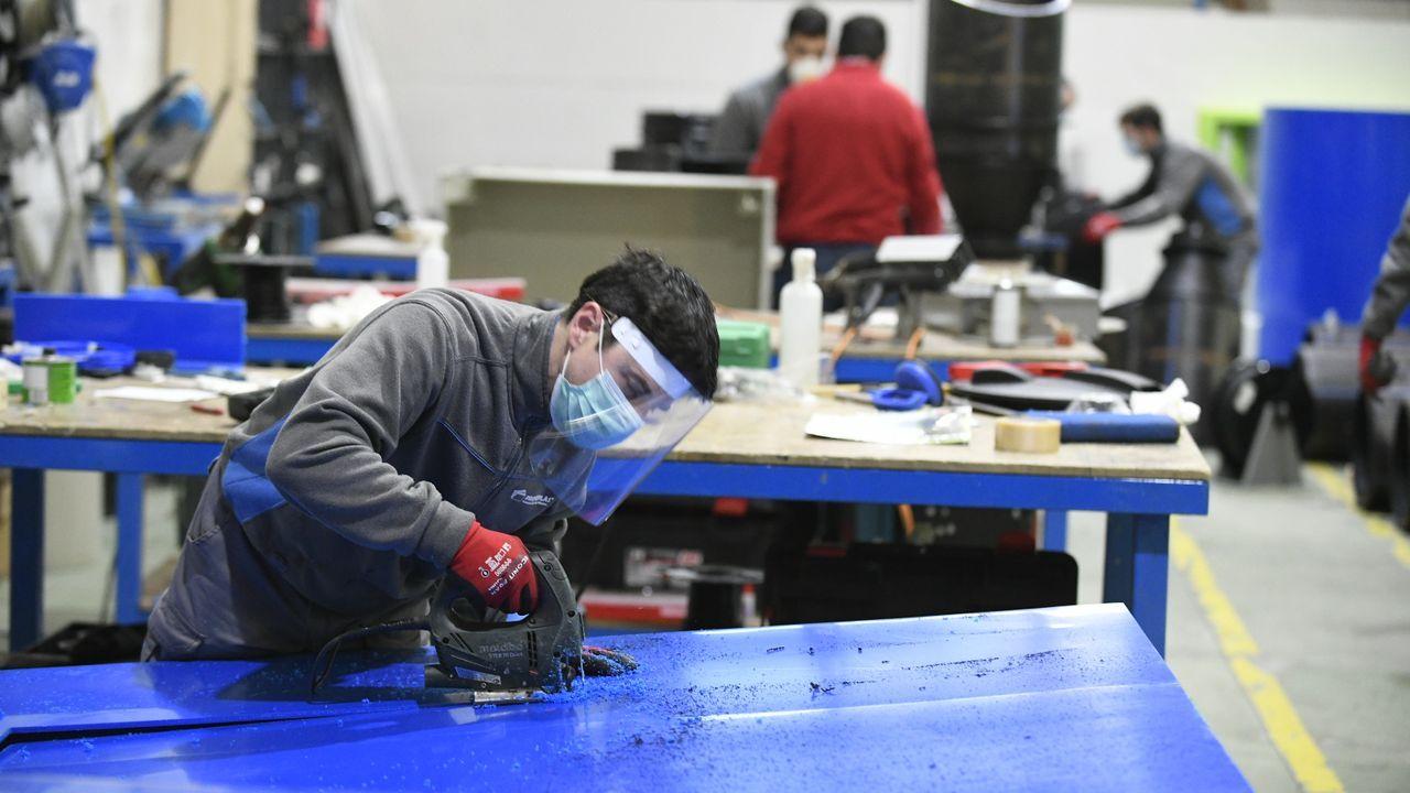 Empresa Proferplas de Lalín trabajando con mascarillas