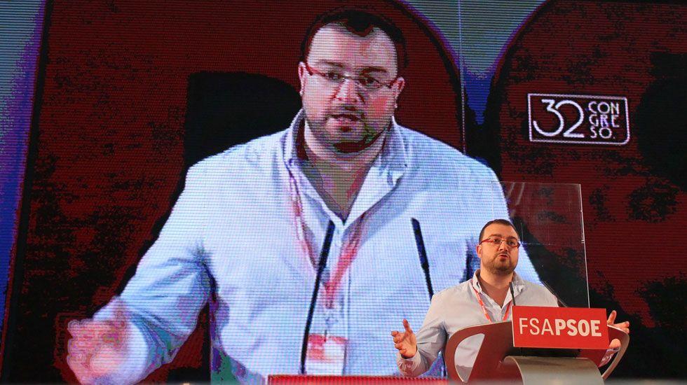 Desde la derecha, Adrián Barbón, Gimena Llamedo, Wencesalo López, José María Pérez, José Luis Alperi y Enrique Fernández.Adrián Barbón, en su discurso de toma de posesión como secretario general de la FSA