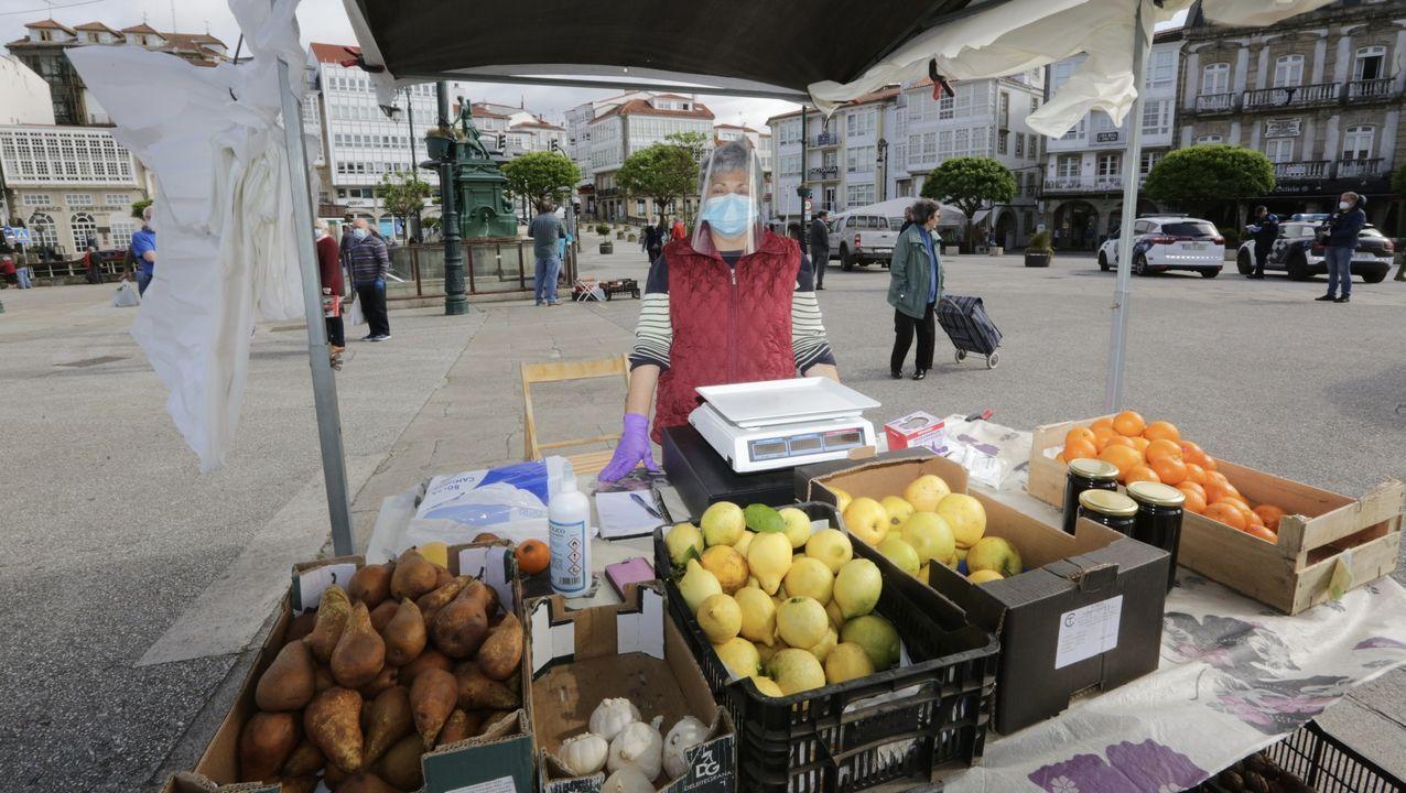 Primer día de mercado en Betanzos.Manuel y Lucía, de Rebulidoiro Granxa Eco, muestran los productos ecológicos de su huerta que mandan a toda España. En Santiago y comarca los reparten ellos.