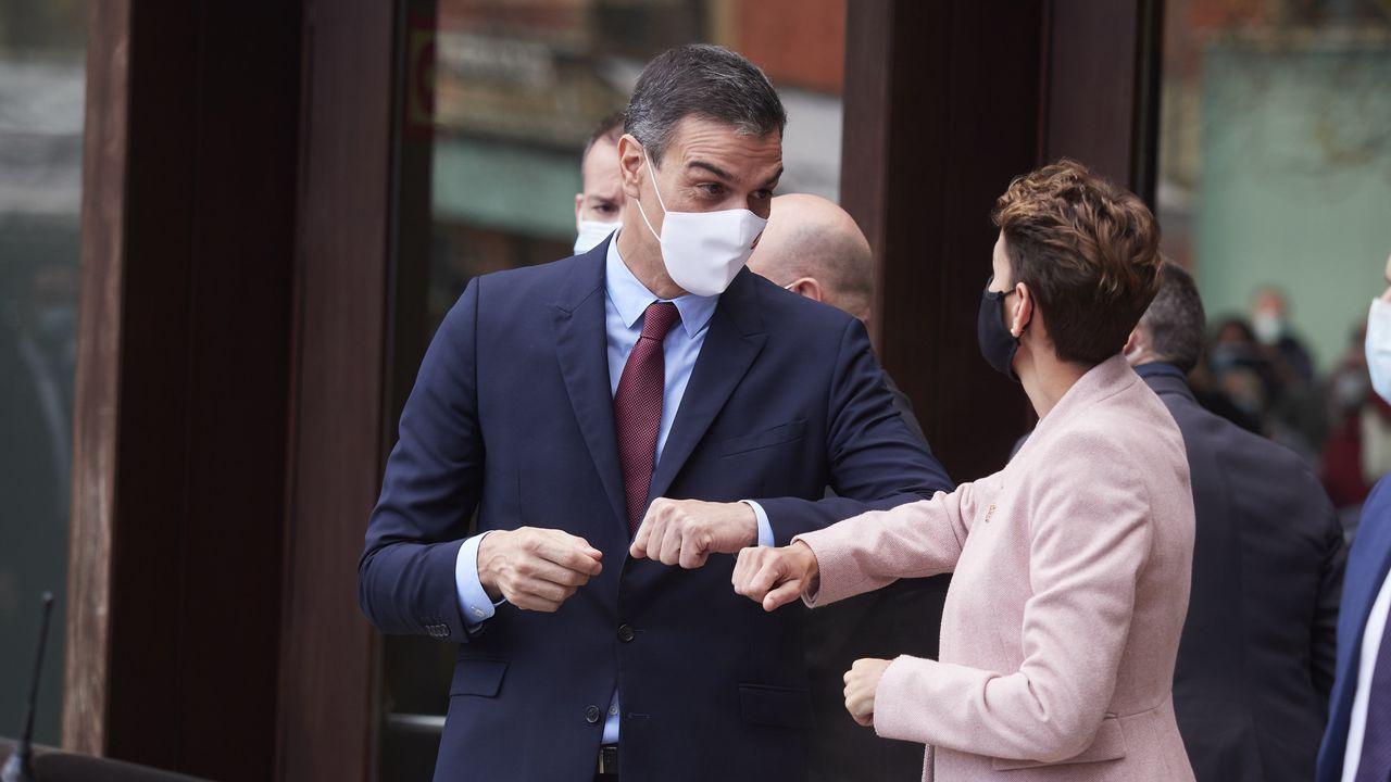 Pedro Sánchez saluda a la presidenta de Navarra, María Chivite