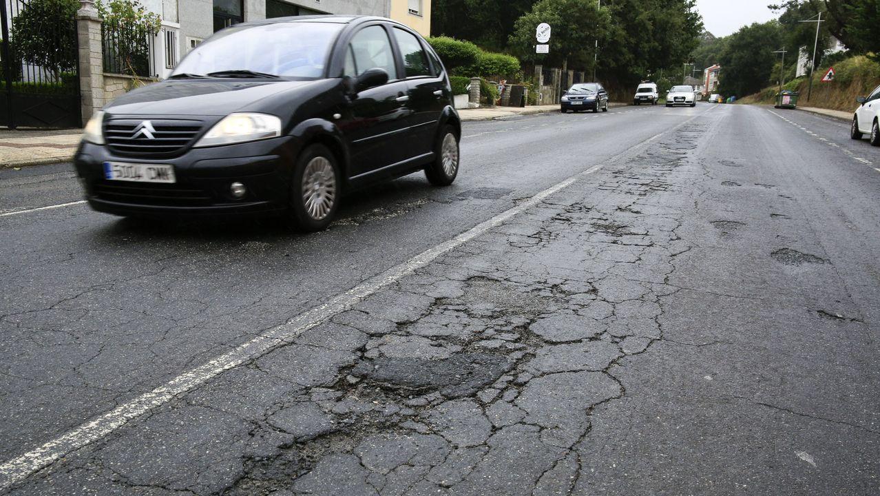 Tramo de la N-540 con el pavimento en mal estado, a su paso por Guntín