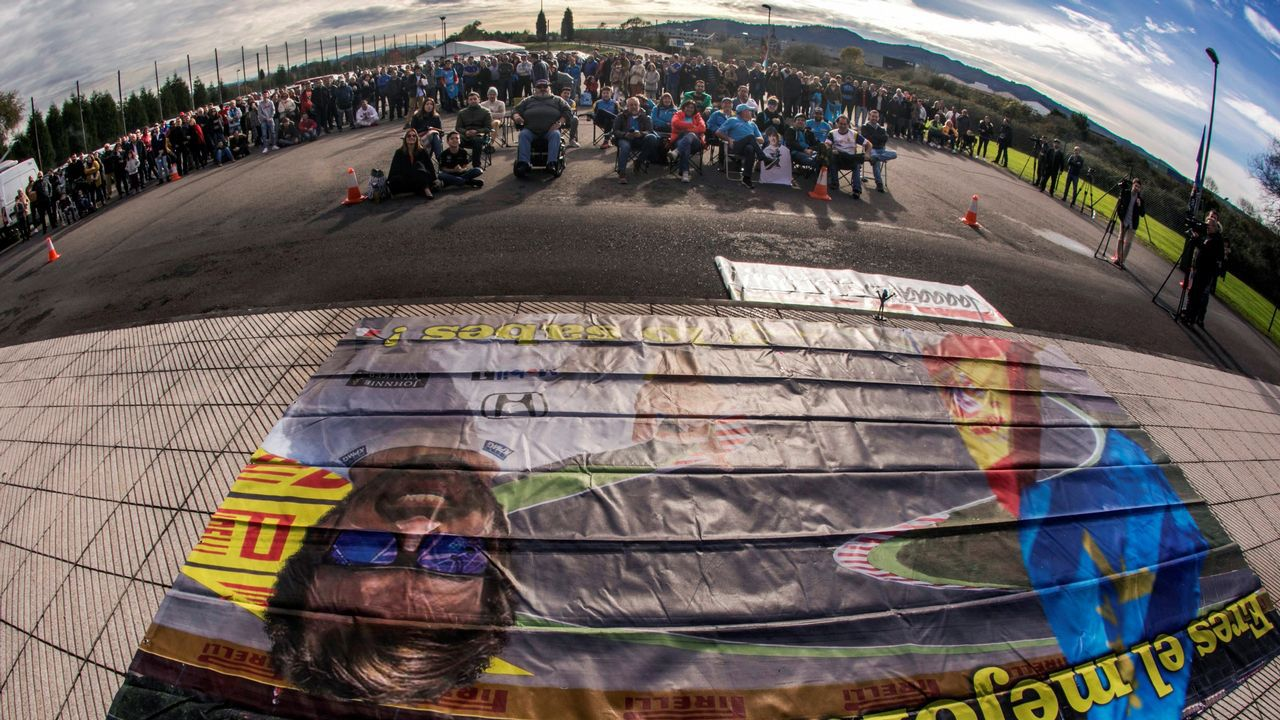 Aficionados de la F1 en el exterior del Museo-Circuito del piloto Fernando Alonso donde hoy se ha instaldo una pantalla gigante para seguir el Gran Premio de Abu Dabi y arropar así al bicampeón mundial en su adiós