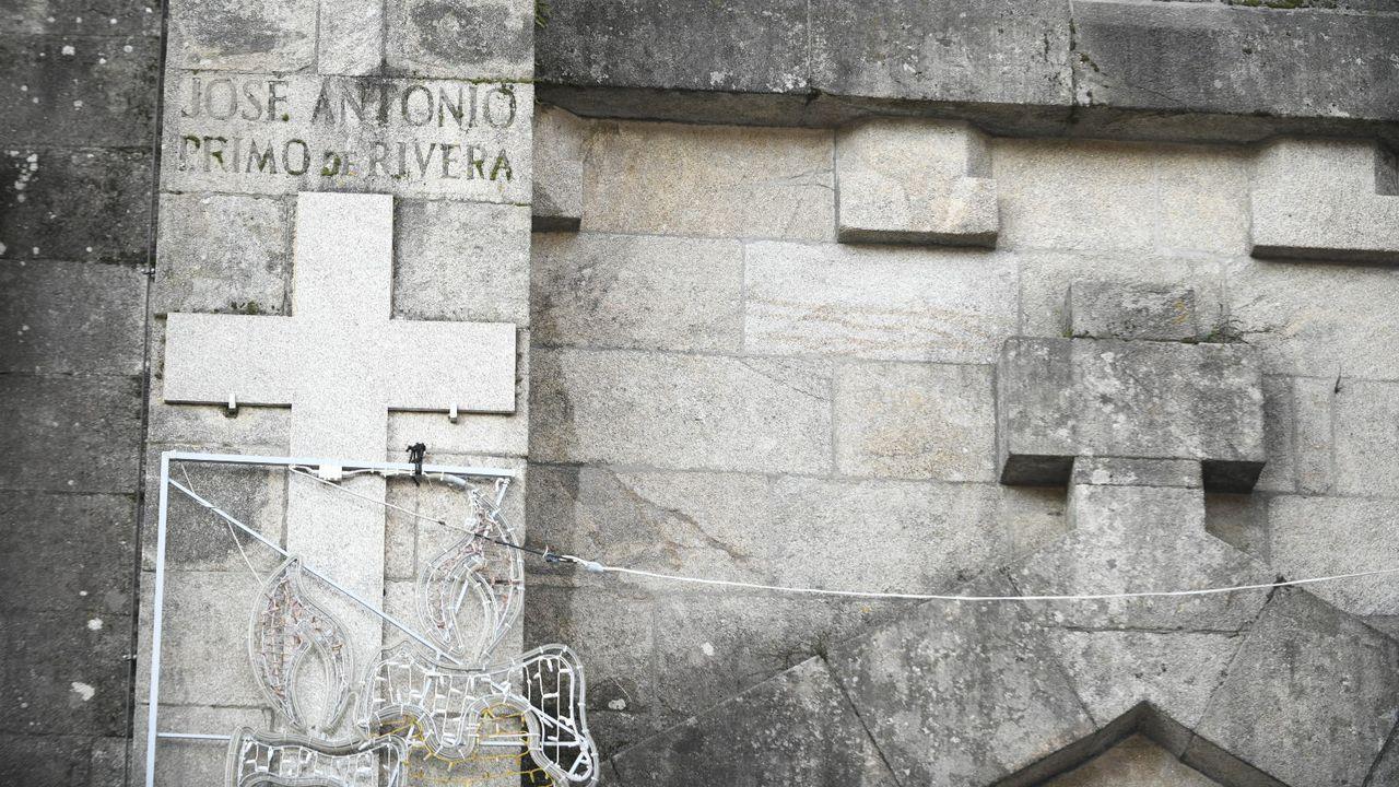 Agasallando a Himmler. O xefe das SS, Heinrich Himmler (asoma ao fondo, con gafas), na súa visita a Madrid, o 23 de outubro de 1940, fotografado posando cun grupo de nenas tras unha actuación folclórica na sede de Auxilio Social da Sección Femenina de la Falange. En primeiro plano, as rapazas que ían ataviadas co traxe rexional galego