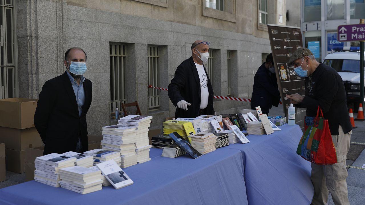 Letras Galegas: entrega de libros na rúa do Paseo, en Ourense