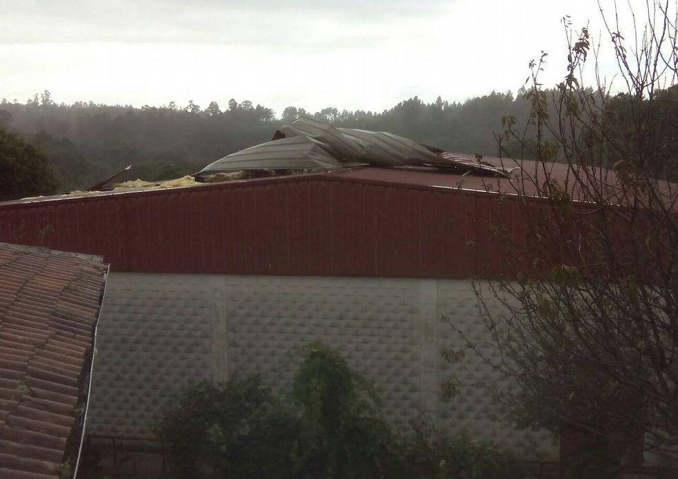 El viento arrancó parte del tejado del pabellón del CEIP Figueiroa.