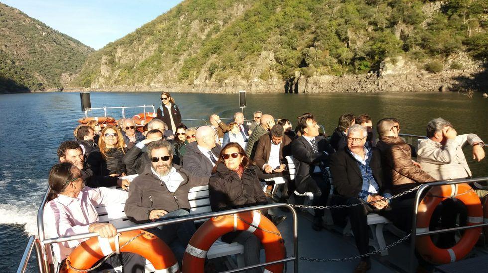 Los participantes en la conferencia de consejos reguladores, en el catamarán del cañón del Sil