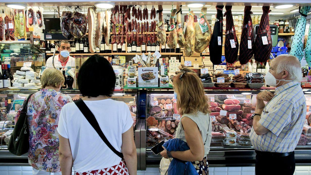 Sorpresa entre los turistas por el cierre de la Torre.Un grupo de turistas, haciendo cola en un puesto de alimentación de la plaza de abastos de Lugo