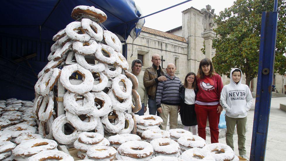 Integrantes de la comisión de fiestas, esta mañana junto a las mil roscas en venta frente al convento de las Clarisas